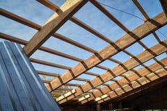 Λεπτομέρειες της ξύλινης στέγης κατασκευής, σύστημα δομών ξυλείας υλικού κατασκευής σκεπής στοκ φωτογραφία με δικαίωμα ελεύθερης χρήσης