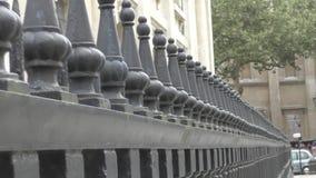 Λεπτομέρειες της πόλης μεγάλο δικτυωτό πλέγμα σιδήρου πυλών φραγών τούβλου διακοσμητικό απόθεμα βίντεο