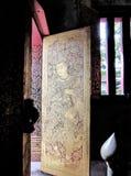 Λεπτομέρειες της ταϊλανδικής παραδοσιακής ζωγραφικής του αγγέλου επιχρυσωμένος και λουστραρισμένος με λάκκα στην ξύλινη πόρτα Στοκ φωτογραφίες με δικαίωμα ελεύθερης χρήσης