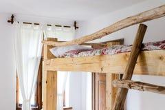 λεπτομέρειες του εσωτερικού μιας κρεβατοκάμαρας ενός παλαιού bui εξοχικών σπιτιών στοκ φωτογραφίες