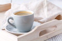Λεπτομέρειες του καθιστικού Φλιτζάνι του καφέ στον αγροτικό ξύλινο δίσκο Στοκ φωτογραφία με δικαίωμα ελεύθερης χρήσης