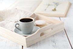 Λεπτομέρειες του καθιστικού Φλιτζάνι του καφέ στον αγροτικό ξύλινο δίσκο Στοκ φωτογραφίες με δικαίωμα ελεύθερης χρήσης