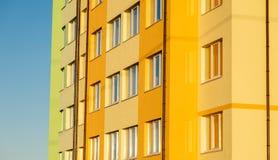Λεπτομέρειες του νέου κατασκευασμένου ζωηρόχρωμου κτηρίου πολυ-ιστορίας Στοκ φωτογραφία με δικαίωμα ελεύθερης χρήσης