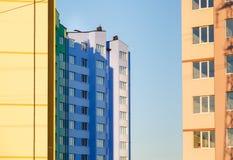 Λεπτομέρειες του νέου κατασκευασμένου ζωηρόχρωμου κτηρίου πολυ-ιστορίας Στοκ Φωτογραφίες