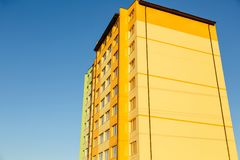 Λεπτομέρειες του νέου κατασκευασμένου ζωηρόχρωμου κτηρίου πολυ-ιστορίας Στοκ φωτογραφίες με δικαίωμα ελεύθερης χρήσης