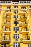 Λεπτομέρειες του νέου κατασκευασμένου ζωηρόχρωμου κτηρίου πολυ-ιστορίας Στοκ εικόνα με δικαίωμα ελεύθερης χρήσης