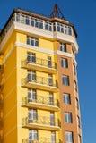 Λεπτομέρειες του νέου κατασκευασμένου ζωηρόχρωμου κτηρίου πολυ-ιστορίας Στοκ εικόνες με δικαίωμα ελεύθερης χρήσης