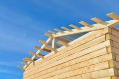 Λεπτομέρειες του ξύλινου σπιτιού κατασκευής στο υπόβαθρο ουρανού bule, σύστημα δομών ξυλείας υλικού κατασκευής σκεπής στοκ εικόνα
