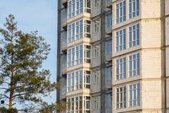 Λεπτομέρειες του σπιτιού κάτω από την κατασκευή Οικοδόμηση του multi-storey κατοικημένου κτηρίου Στοκ φωτογραφίες με δικαίωμα ελεύθερης χρήσης