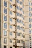Λεπτομέρειες του σπιτιού κάτω από την κατασκευή Οικοδόμηση του multi-storey κατοικημένου κτηρίου Στοκ εικόνες με δικαίωμα ελεύθερης χρήσης