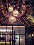 Λεπτομέρειες του σύγχρονου φιλικού προς το περιβάλλον εξωτερικού του ξύλινου κτηρίου στο βράδυ ή τη νύχτα στοκ φωτογραφία