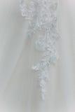 Λεπτομέρειες του υφάσματος φορεμάτων νυφών και του όμορφου weddi κεντητικής Στοκ Φωτογραφία
