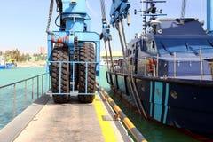 Λεπτομέρειες των μεγάλων ροδών στο ναυπηγείο travelift που φέρνει μια βάρκα στοκ εικόνα