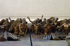 Λεπτομέρειες των τρισδιάστατων αγγέλων επίκλησης σε μια πόρτα εκκλησιών Στοκ Εικόνες