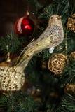 Λεπτομέρειες χριστουγεννιάτικων δέντρων, διακοσμητικό πουλί, νέο έτος Στοκ Φωτογραφία