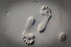 Λεπτομερές γυμνό ανθρώπινο ίχνος στην άμμο παραλιών Στοκ φωτογραφίες με δικαίωμα ελεύθερης χρήσης