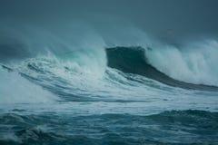 Λεπτομερές κύμα χειμερινής θύελλας που σπάζει και που καταβρέχει στην ακτή Στοκ Εικόνα