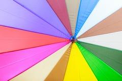 Λεπτομερής κινηματογράφηση σε πρώτο πλάνο ζωηρόχρωμο parasol ομπρελών Στοκ φωτογραφία με δικαίωμα ελεύθερης χρήσης
