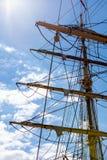 Λεπτομερής κινηματογράφηση σε πρώτο πλάνο της κορυφής ξαρτιών ιστών στη βάρκα πανιών Στοκ Φωτογραφία