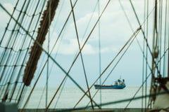 Λεπτομερής κινηματογράφηση σε πρώτο πλάνο των ξαρτιών ιστών στη βάρκα πανιών Στοκ Εικόνες