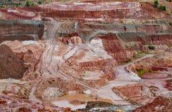 Λεπτομερής ορυχείο άποψη λουρίδων καολίνη με τα φωτεινά χρώματα στοκ εικόνες