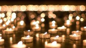 Λεπτομερής πυροβολισμός του καψίματος των κεριών στην εκκλησία απόθεμα βίντεο