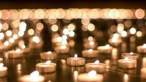 Λεπτομερής πυροβολισμός του καψίματος των κεριών στην εκκλησία Στοκ Εικόνες