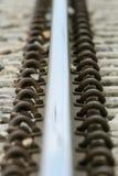 Λεπτομερής στενή επάνω φωτογραφία μιας διαδρομής σιδηροδρόμου στοκ εικόνα