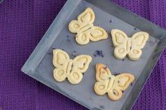Λεπτομερής τοπ άποψη τέσσερα μπισκότα μπισκότων με lavender σε ένα Shee Στοκ Εικόνες