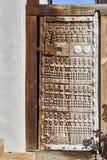 Λεπτομερής χειροτεχνία στην πρωτόγονη ξύλινη πόρτα κήπων Στοκ εικόνες με δικαίωμα ελεύθερης χρήσης