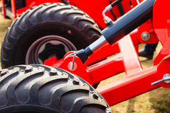 Λεπτομερή γεωργικά μηχανήματα κινηματογραφήσεων σε πρώτο πλάνο, μεγάλες ρόδες Στοκ φωτογραφία με δικαίωμα ελεύθερης χρήσης