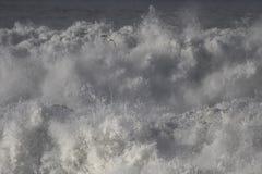 Λεπτομερή θυελλώδη συντρίβοντας κύματα Στοκ Εικόνες