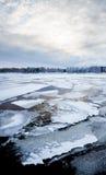 Λεπτός πάγος σε μια λίμνη στην ανατολή Στοκ Εικόνες