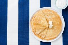 Λεπτός crepes ή τηγανίτες με το βούτυρο, το μέλι και το ξινό διάστημα αντιγράφων άποψης κρέμας τοπ Στοκ Εικόνες