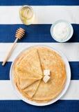 Λεπτός crepes ή τηγανίτες με το βούτυρο, το μέλι και το ξινό διάστημα αντιγράφων άποψης κρέμας τοπ Στοκ φωτογραφίες με δικαίωμα ελεύθερης χρήσης