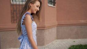 Λεπτό ευρωπαϊκό πρότυπο στους καθιερώνοντες τη μόδα μπλε περιπάτους φορεμάτων κατά μήκος της οδού απόθεμα βίντεο