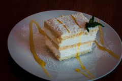 Λεπτό κέικ με την κτυπημένες κρέμα και τη μαρμελάδα της Apple Στοκ Εικόνες