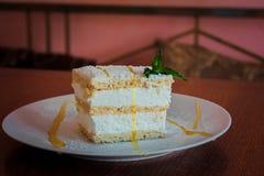 Λεπτό κέικ με την κτυπημένες κρέμα και τη μαρμελάδα της Apple Στοκ φωτογραφία με δικαίωμα ελεύθερης χρήσης
