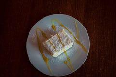 Λεπτό κέικ με την κτυπημένες κρέμα και τη μαρμελάδα της Apple Στοκ εικόνες με δικαίωμα ελεύθερης χρήσης