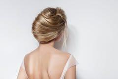 Λεπτό κορίτσι γαμήλιων hairstyle όμορφο νυφών στο ρόδινο φόρεμα αέρα στο στούντιο στο άσπρο υπόβαθρο στοκ φωτογραφία με δικαίωμα ελεύθερης χρήσης