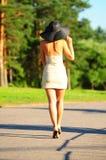 Λεπτό κορίτσι σε ένα μπεζ φόρεμα Στοκ Εικόνες