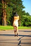 Λεπτό κορίτσι σε ένα μπεζ φόρεμα Στοκ εικόνα με δικαίωμα ελεύθερης χρήσης
