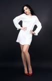 Λεπτό κορίτσι στο μίνι άσπρο φόρεμα στοκ εικόνα με δικαίωμα ελεύθερης χρήσης