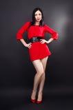 Λεπτό κορίτσι Leggy σε ένα κόκκινο φόρεμα στοκ φωτογραφίες