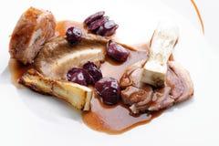 Λεπτό να δειπνήσει, γαστρονομική κύρια μπριζόλα αρνιών εισόδων ψημένη στη σχάρα σειρά μαθημάτων Στοκ Εικόνα