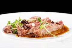 Λεπτό να δειπνήσει, λωρίδες του Angus Beef Steak με την ψημένη ντομάτα Στοκ Φωτογραφία