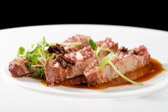 Λεπτό να δειπνήσει, λωρίδες του Angus Beef Steak με την ψημένη ντομάτα Στοκ φωτογραφία με δικαίωμα ελεύθερης χρήσης