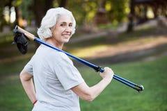 Λεπτό να φανεί γιαγιά που πηγαίνει για έναν περίπατο στο πάρκο Στοκ Φωτογραφία
