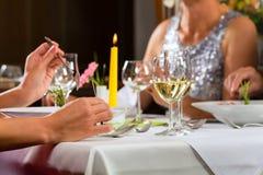 Λεπτό να δειπνήσει ανθρώπων στο κομψό εστιατόριο Στοκ εικόνα με δικαίωμα ελεύθερης χρήσης