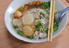 Λεπτό νουντλς με το χοιρινό κρέας μπριζολών στη σούπα Στοκ Φωτογραφίες